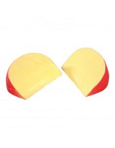 Imitación de queso de bola roja en porciones triangulares para queserías y charcuterías y escaparates de tiendas
