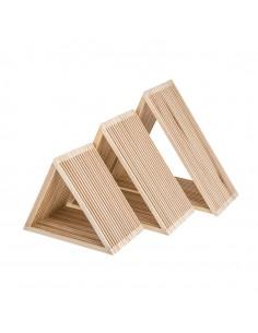 Expositor triangular de madera para la decoración de espacios y escaparates e interior de tiendas