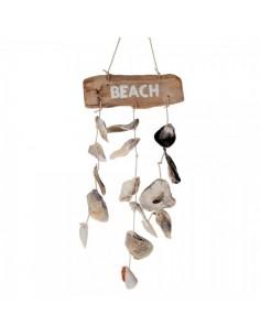 Decoración colgante de conchas y madera con texto beach para escaparates en verano de tiendas o comercios