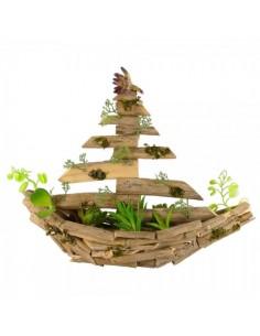 Barco de madera con musgo y hojas para la decoración de escaparates marítimos en tiendas