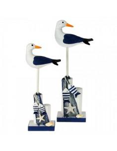 Gaviota posada en poste de madera con decoración marítima para la decorar espacios y escaparates de verano con mamíferos y aves
