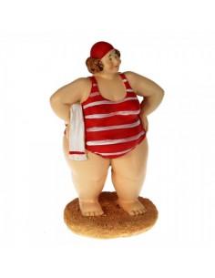 Figura de una turista en la playa con la toalla para escaparates en verano de tiendas o comercios